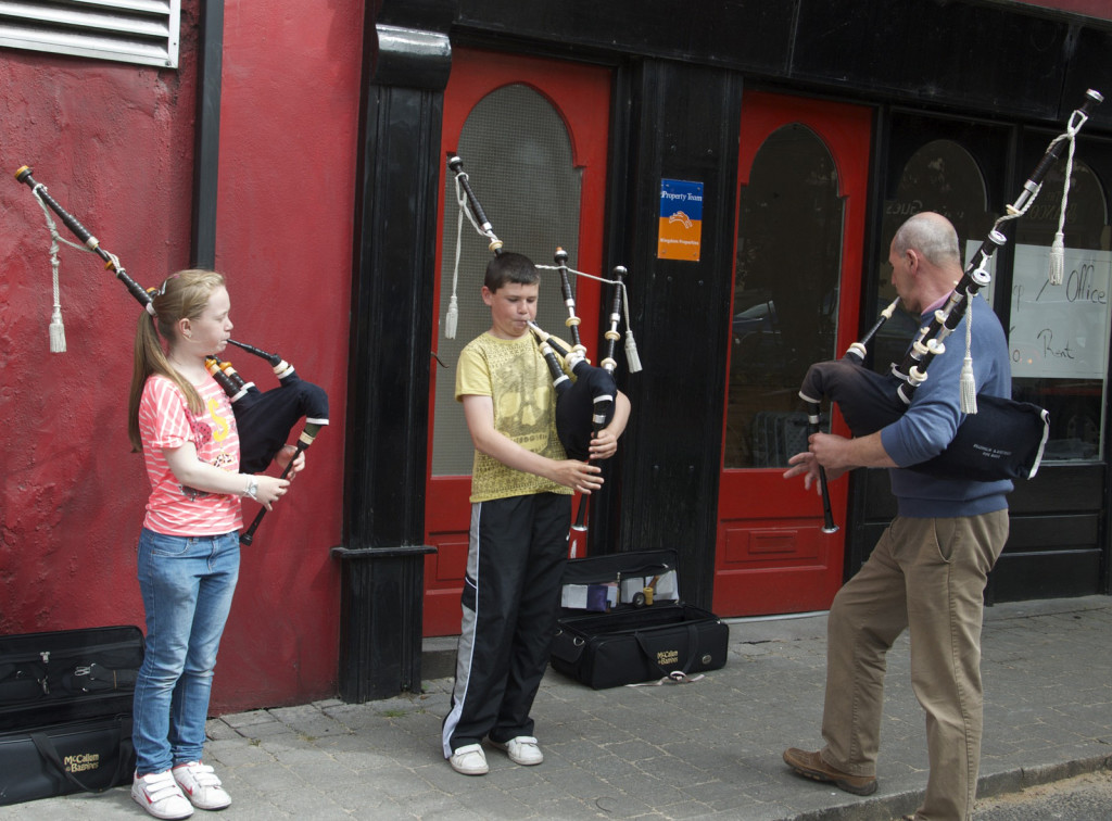 Bagpipe buskers in Killorglin | Enjoying the music of Ireland